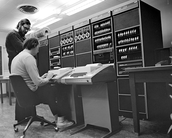Ken Thompson (sitting) and Dennis Ritchie an der PDP-11, Quelle: Wikimedia